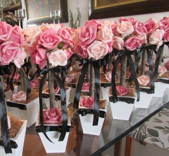 *Valor unitário de cada topiara tamanho M* R$26,90  * Pedido minimo de 6 unidades*  Rosas em e.v.a  (toque real de uma rosa real)  Lindas topiaras de rosas ans cores rosa e pink, laço preto! Rosas em e.v.a. material perfeito pois imita o toque, aparência e textura de uma rosa natural, com preto de cetim!  Topiara M contém 12 ROSAS GRANDES, vaso mede: 11 cm.larg. 35 cm.alt.   É preço x custo x benefício e principalmente a qualidade de acabamento inigualável, tenho feito bastante sucesso com…
