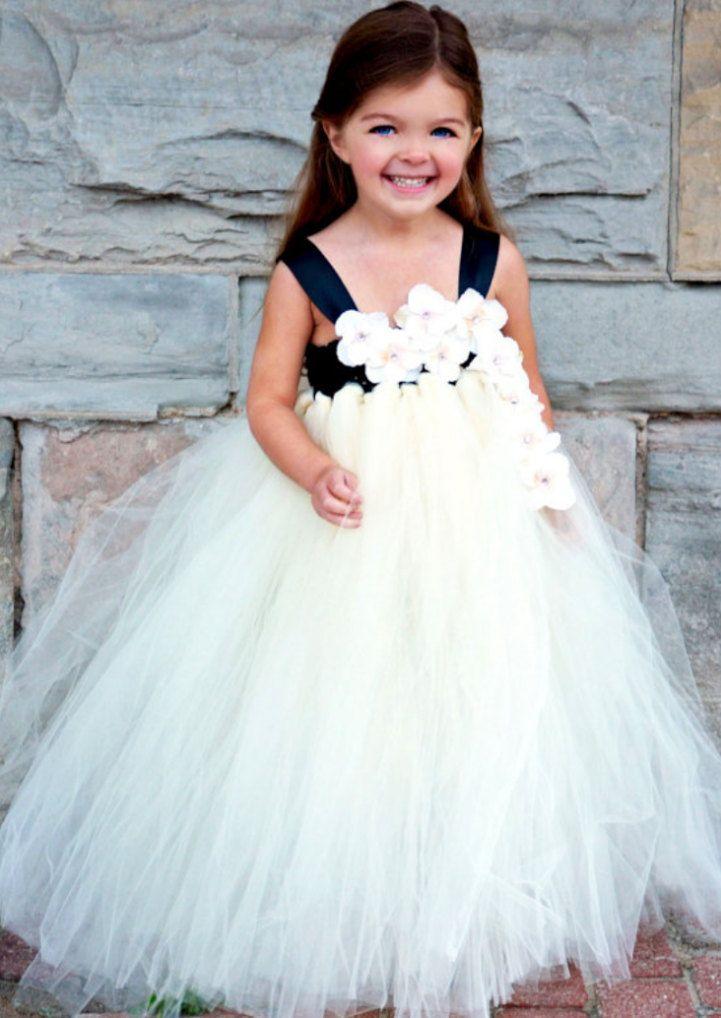 Deze aanbieding is voor een prachtige witte tutu jurk perfect gemaakt voor je kleine meisje! Deze jurk is van een vloer lengte jurk maar naar uw eigen smaak kan worden gewijzigd. Deze jurk bevat ook een verzameling van mooie witte bloem die aan de bovenkant van de jurk gekoppeld bandjes zit om de hele dag je kleintje van jurk op zijn plaats te houden.  Dit stuk is perfect voor fotoshoots, verjaardagen, bruiloften of gewoon voor de lol!  Deze jurken kunnen worden aangepast aan overeenkomen…
