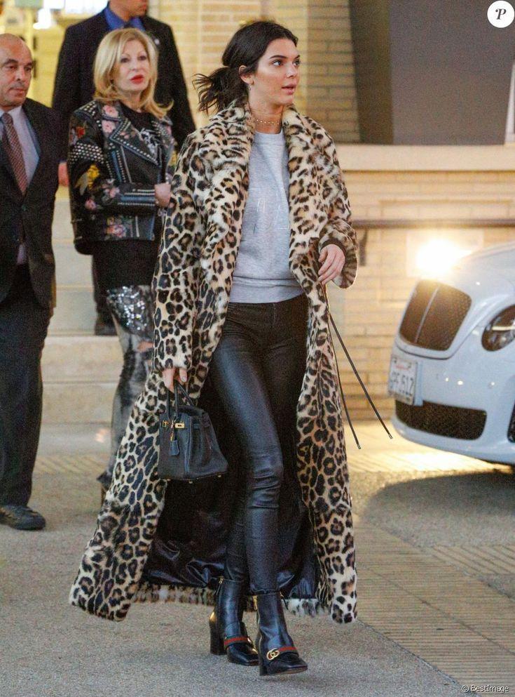 Kendall Jenner quitte le Barney's New York à Beverly Hills, habillée d'un manteau léopard Plein Sud (collection hiver 2016), d'un pull en coton gris, d'un pantalon en cuir RtA et de chaussures Gucci. Le mannequin tient un sac Hermès. Le 7 décembre 2016.