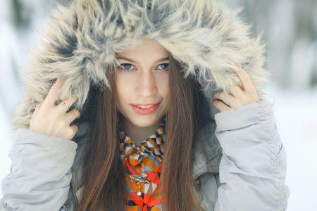 冬など乾燥した季節は特に、髪の毛が静電気で広がってしまって大変!という女性が多いですよね。 実はその髪の毛の静電気、放っておくと抜け毛につながってしまうことも! そもそもなぜ髪の毛に静電気が起こるのでしょうか。 本格的に静電気が起こりやすい季節が来る前に、原因と対策方法をチェックしておきましょう!