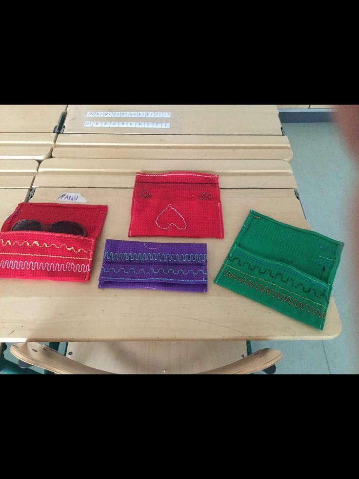 Kati Tyni / Alakoulun aarreaitta Äidit saavat lahjaksi aurinkolasikotelon, jonka lapset ovat itse suunnitelleet ja toteuttaneet. Kukkaset maljakossa kortin muodossa. Ihania töitä.