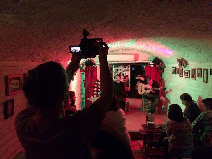 Petit tournage spontané dun spectacle de flamenco dans lune des nombreuses caves de Grenade.  #flamenco #granada #tournage #musicflamenco #despas