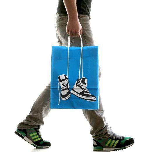 [F]まるで靴を持っているかのようなデザインの紙袋。