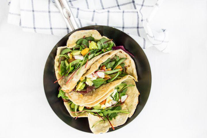Perfektný tip na obed či ľahkú večeru sú tieto domáce špaldové tortilly s avokádovým šalátom. Ak ich zabalíš do alobalu, môžeš si ich vziať aj na cesty.