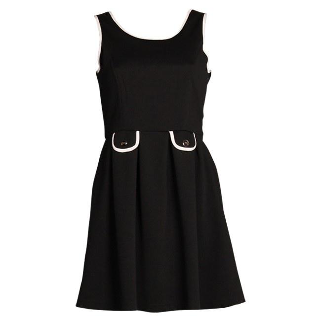 Jurk Sil ;   Zwart jurkje met witte biesjes in de Chanelstijl. Aan de voorzijde heeft het rokgedeelte een subtiele plooiing. Ook zitten er twee leuke zakjes met knoopjes in de taille. Op de rug komen deze knoopjes (met de afbeelding van een strikje erin) terug, alsmede een strikje. Afhankelijk van je mood draag je de zakjes of de knoopjes met strik aan de voorzijde. Aan de zijkant van de jurk bevindt zich een rits, die zorgt voor een mooie en aansluitende pasvorm.