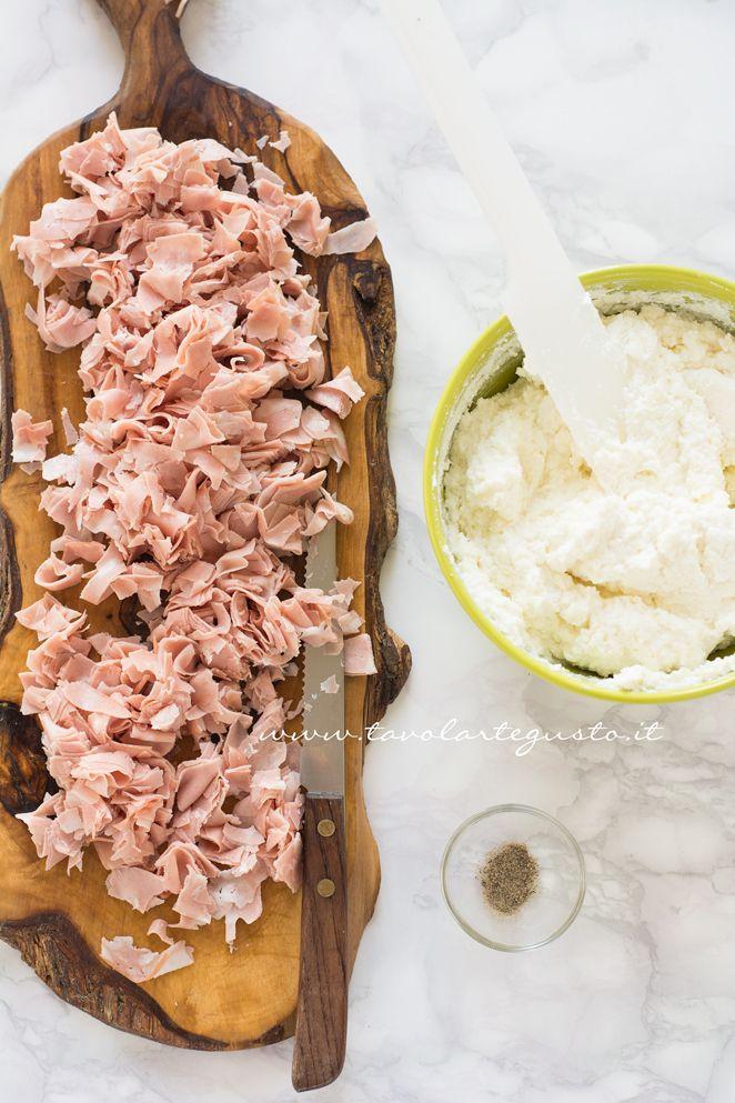 Preparare l'impasto delle palline di ricotta - Ricetta Palline di ricotta salate