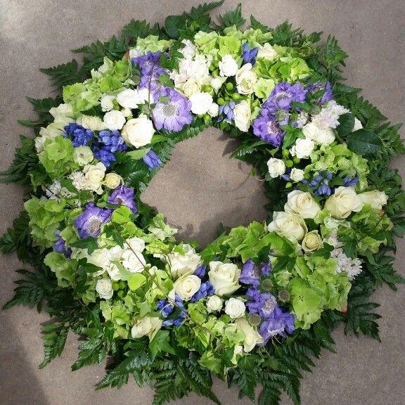 Sommarkrans till en begravning... #lillahultsblommor #begravningsblommor #gjordmedkärlek