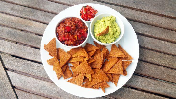 Na nachos pro 1-2 osoby smíchejte 2 bílky, 30g mandlové mouky, 10g psyllia, 2 lžičky kokosového oleje, sůl, sušený česnek, římský kmín a sladkou papriku. Těsto rozdělte na...