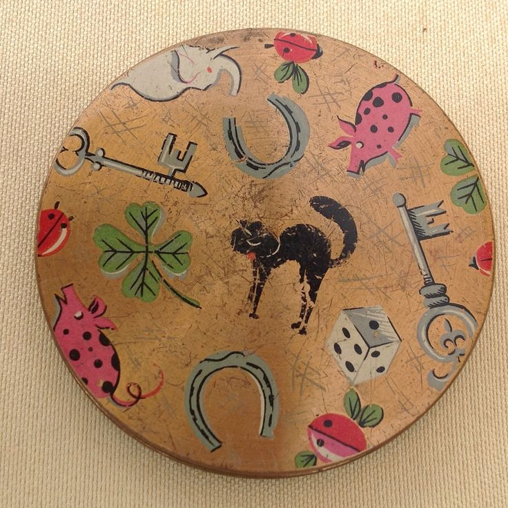 This vintage compact is full of lucky symbols.  It's newly listed at Daynart Vintage.