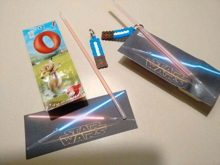 Cheesedippers met glowstick. Star Wars thema. Zelfgemaakte lightsaber van strijkkralen erbij als sleutelhanger.