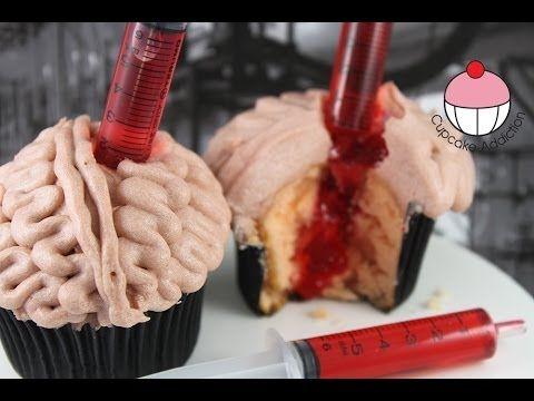 Cupcakes decorado con forma de cerebro con una jeringa con sangre