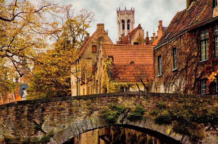 La zona peatonal de Groenerei (Groene Rei o Muelle Verde) discurre junto al pintoresco canal que lleva el mismo nombre y en su corto pero intenso recorrido nos brinda inolvidables escenas como las que componen los viejos puentes Meebrug y Peerdenbrug que extienden sus añejas arcadas sobre las aguas verdosas del canal o como las de las bellas fachadas de los edificios de estilo flamenco que recortan su peculiar silueta frente al casi siempre nublado cielo de Brujas.  Estampas de una ciudad…