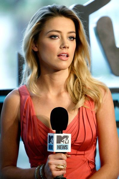 Amber Heard Long Wavy Cut - Amber donned beachy blonde waves with a sexy coral cocktail dress.