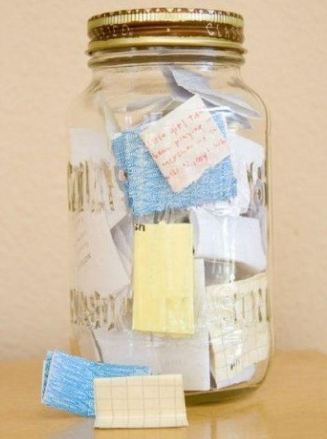 Leuk om zelf te maken | De herinneringenpot Een leuk cadeautje voor bijvoorbeeld je zus of je beste vriendin! Schrijf op kleine (gekleurde) briefjes alle leuke dingen die jullie het afgelopen jaar hebben gedaan en stop deze briefjes in een mooie transparante pot. Door devos