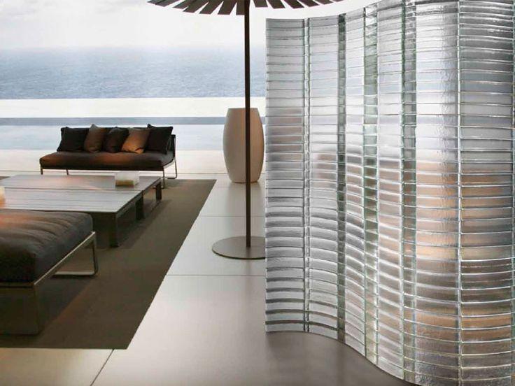 Pareti in vetro per creare separazione all'interno di openspace senza rinunciare alla luce naturale.