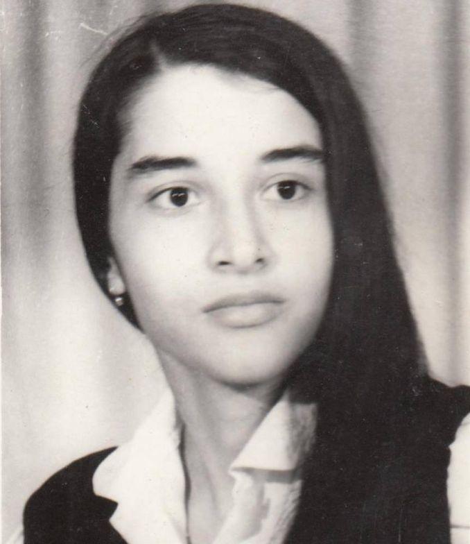 Poeme tata era tânăr și bogat. mama era foarte tânără și foarte bogată. nimeni nu-i iubea. dar mama îl iubea pe tata și viceversa. au vrut să se căsătorească. au chemat fotograf, domnișoare de onoa…