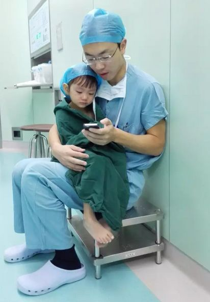 This Photo of a Heart Surgeon Comforting a Crying Girl Before Surgery is SO Touching