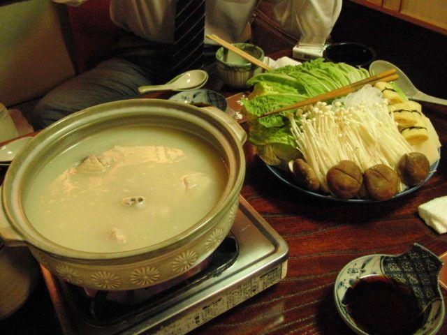 【鳥源(とりげん)】 創業60年以上の鶏料理と水炊きを専門に扱う「鳥源(とりげん)」。鶏の味が凝縮されたスープは絶品。オススメは「水炊きコース」と「鶏料理コース」だ。人気ある老舗の味を、ボリュームたっぷりのコースでいただこう。  住所:東京都新宿区新宿3-17-11 最寄り駅:新宿駅 営業時間:月~土16:00~23:00(L.O.22:30) 定休日:日曜日