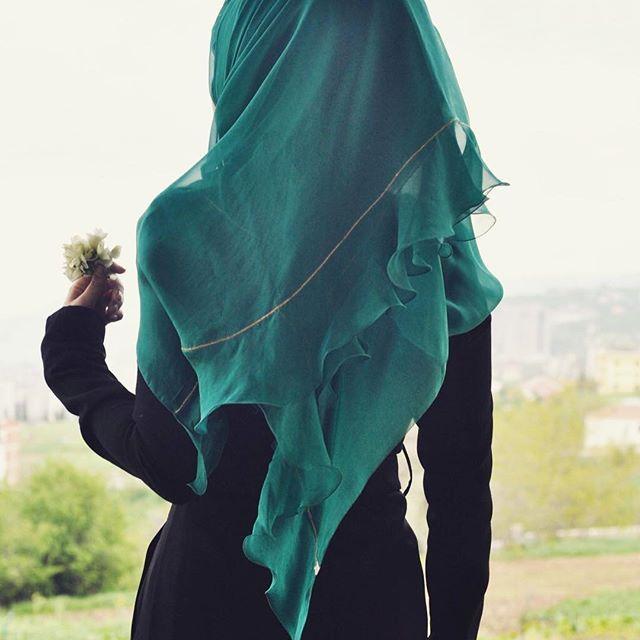 •Özel tasarım volanlı ipek dolama başörtümüz sınırlı sayıda üretilmiştir. •Fiyatı 150 TL. •Aynı gün, ücretsiz kargo. ~Her yer Başzadeler, her şey size özel.~ #Başzadeler #başörtü #eşarp #scarf #ipek #silk #ipekbaşörtü #silkscarf #nakış #embroidery #özeltasarım #hautecouture #moda #fashion #fashiondesigner