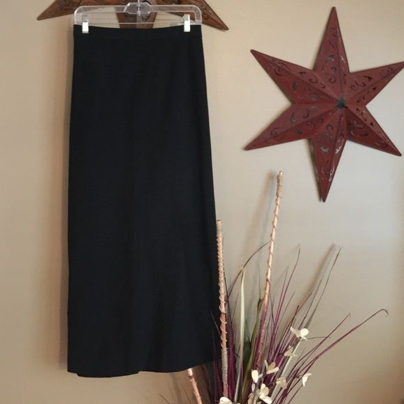 "Size 10 Old Navy Skirt Old navy skirt. Size 10. Stretch. 47% polyester. 47% rayon. 6% Lycra spandex. Machine wash cold. Gentle cycle line dry. Zippered back. Usable pocket closure with button. 13"" Slit in back of skirt. 38"" length. Old Navy Skirts"