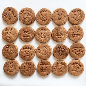 ココアもいれてみたり、アレンジ自由なのが人気の秘密? ひとつひとつに顔を描いたら、ドンドン楽しくなります。 クッキーが笑ってなくてもOK!食べるときのみんなの顔を想像したら、にやにやしちゃうかも。