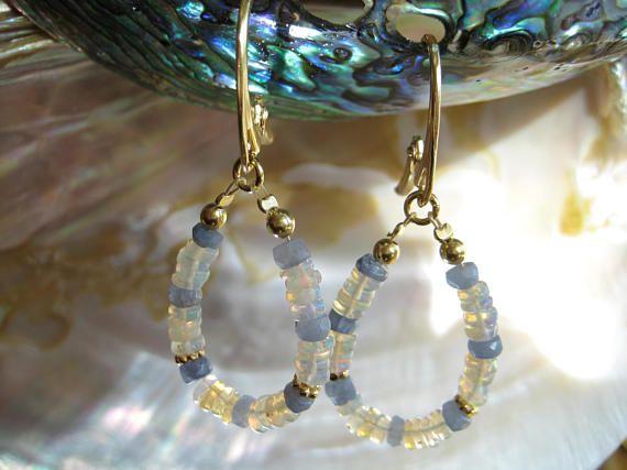 Opal Ohrringe, äthiopischer Opal, Saphir Ohrringe, blauer Saphir, Edelstein Ohrringe, Oktober Geburtsstein, Creolen, www.aura-edelstein.de