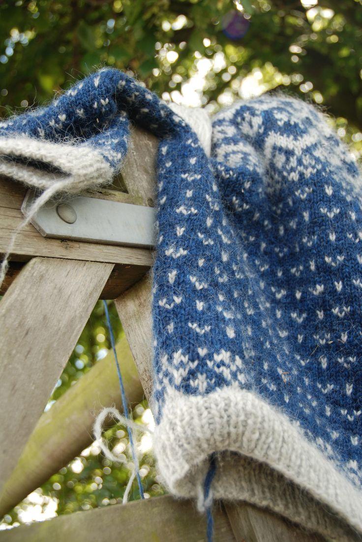Strikkekit til Vetur. Vetur er en klassisk islandsk sweater, der er strikket i pladegarn, Plötulopi fra Istex. Farve variationerne er uendelige, og her har jeg valgt grå og koboltblå. Strikkes på pind 4.5 og 5.5. Str. S, M, L, XL, XXL. For pris og bestilling skriv til uskova@nordiksgarn.dk