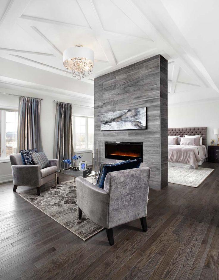 Suite des maitres en blanc et gris avec un petit salon doté d'une jolie cheminée