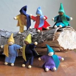 A family of fairy dolls!Fairies Families, Waldorf Toys, Waldorf Dolls, Tree Houses, Families Fairies, Fairies Dolls, Trees House, House Families, Fairy Dolls