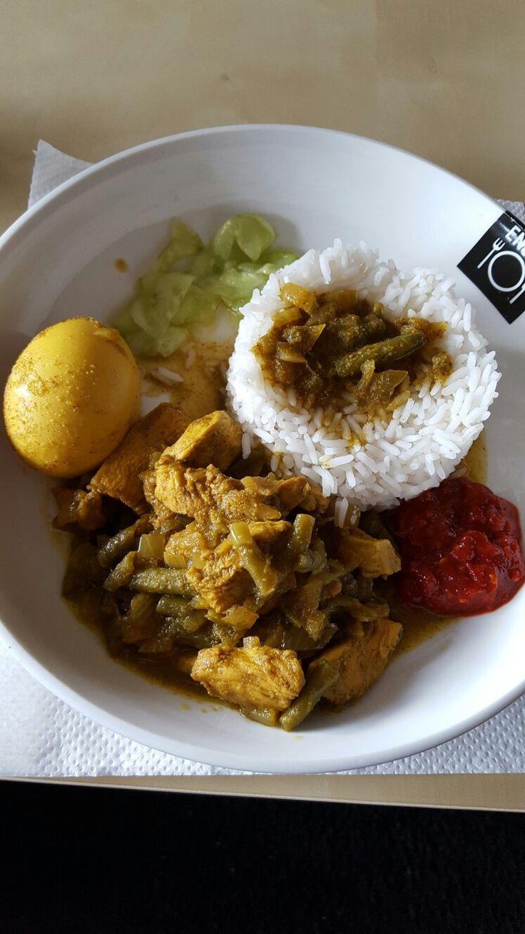 Kip in massala,ei,boontjes,rijst en peper  (eigen recept)