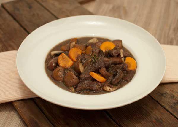 Boeuf bourguignon; een Frans stoofgerecht met rundvlees. Lekker met gepofte krieltjes of vers en knapperig brood. Een gerecht voor echte bourgondiërs.