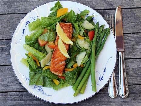 Stekt lax med kokt sparris och sallad