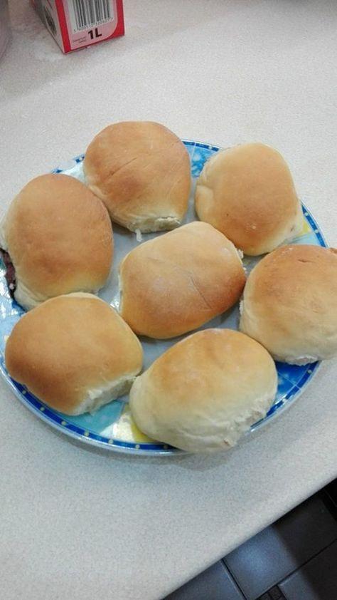 Pączki pieczone to zdrowsza i lżejsza wersja tradycyjnych pączków. Pączki pieczone są delikatne i puszyste jak chmurka, wypełnione po brzegi nadzieniem. Przepis