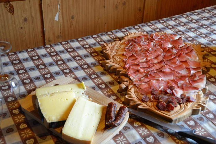Eine traditionelle Marende mit Speck und Käse aus der Region sollten Sie sich nicht entgehen lassen