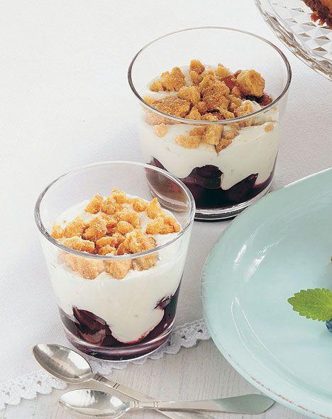 De små lækre desserter med syltede kirsebær tager ingen tid at lave, men smager ikke desto mindre himmelsk!