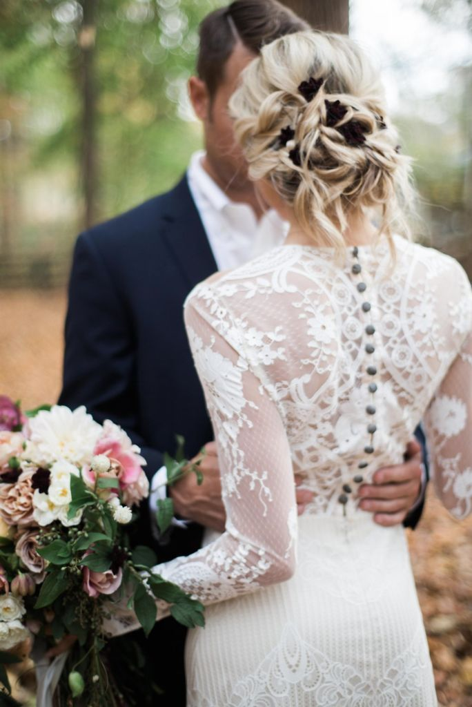 Wedding | Lace | Perfect white dress | Bride and groom | More on Fashionchick.nl