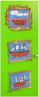 Momenteel zijn we druk bezig met het thema 'Gouden Eeuw'. Hier horen ook tekenopdrachten bij. Mijn collega heeft de kinderen met stillevens aan het werk gezet. Zelf ben ik met de schepen van de VOC aan de slag gegaan. Wat je nodig hebt voor deze opdracht? Wasco in allerlei kleuren, blauwe ecoline, wit tekenpapier, goudkleurig papier.