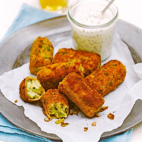 Kroketten uit Nederland recept - Jamie magazine 4 personen • plantaardige olie  • 3 plakjes ontbijtspek, gesneden  • 2 sjalotten, gesnipperd  • 250 g spruiten, gehakt  • 400 g aardappels, gekookt  • 1 eidooier  • 2 tl nootmuskaat  • 1 el grove mosterd • hand broodkruim  • salie, gehakt  • 2 el bloem  • 1 ei  • 5 el mayo