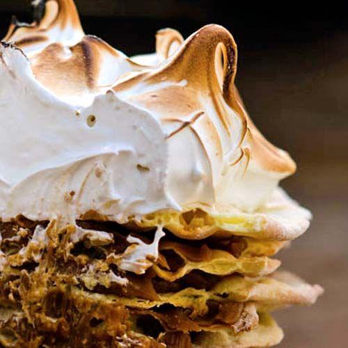 Torta Rogel Ingredientes: Masa: Harina común, 600 gr. Sal, 1 cdita. al ras Yemas, 6 Manteca, 120 gr. Grasa de Sweets Cake, Cupcake Cakes, Argentine Recipes, Sweet Recipes, Cake Recipes, Sweet Cooking, Cake Photography, Happy Foods, Cakes And More