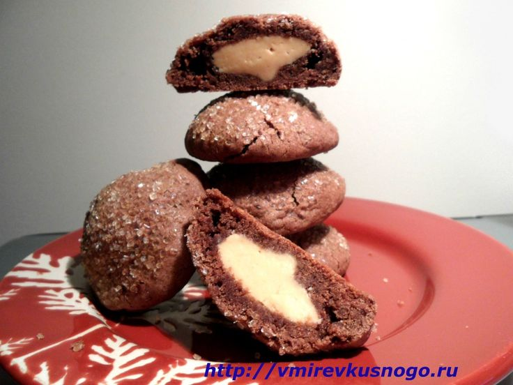 Шоколадное печенье с ореховым маслом Ингредиенты    мука – 1 1/2 ст. какао – 1/2 ст. пищевая сода – 1/2 ч. л. масло – 1/2 ст. сахар – 1/2 ст. коричневый сахар – 1/2 ст. арахисовое масло – 1/4 ст. яйцо – 1 шт. молоко – 1 ст. л. экстракт ванили – 1 ч. л.  сахарная пудра – 3/4 ст. арахисовое масло – 1/2 ст. крупнозернистый сахар – 2 ст. л.