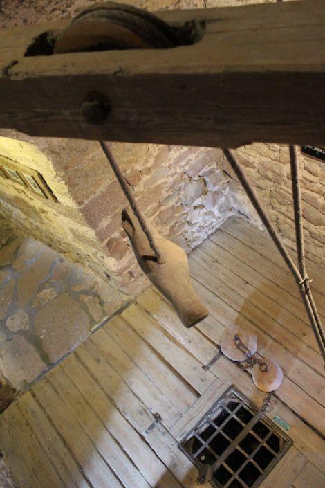 La Tour des voleurs à Riquewihr, lieu de torture au Moyen-Âge. On peut y voir une chambre de torture, avec son oubliette et son estrapade, treuil pour suspendre les prisonniers et leur arracher des aveux. Des pierres étaient accrochées à leurs pieds.