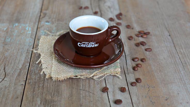 Caffè Cartapani Primeiro 100% Arabica: miscela composta esclusivamente da Caffè Arabica provenienti dalle migliori piantagioni del Centroamerica, Sud America e Asia, torrefatti singolarmente. Questa accurata selezione permette di ottenere un caffè dolce e aromatico: macinato per caffettiere tipo Moka. #caffecartapani
