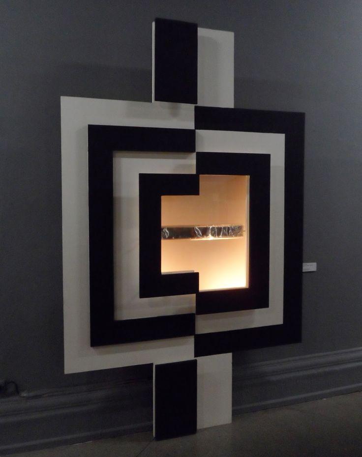 Obra instalativa que posee luz y movimiento, parte de las instalaciones que mostraban su interés por el espacio y la luz