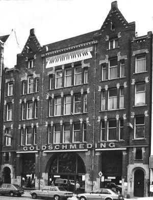 Raadhuisstraat 46-48-50. In 1923 betrok de 3e generatie Goldschmeding het pand dat werd gebouwd in 1907 in opdracht van Levensverzekering Mij. 'Utrecht' en de N.V. 't Binnenhuis van 1900 en ontworpen door de architecten A.J. Kropholler en J.F. Staal.