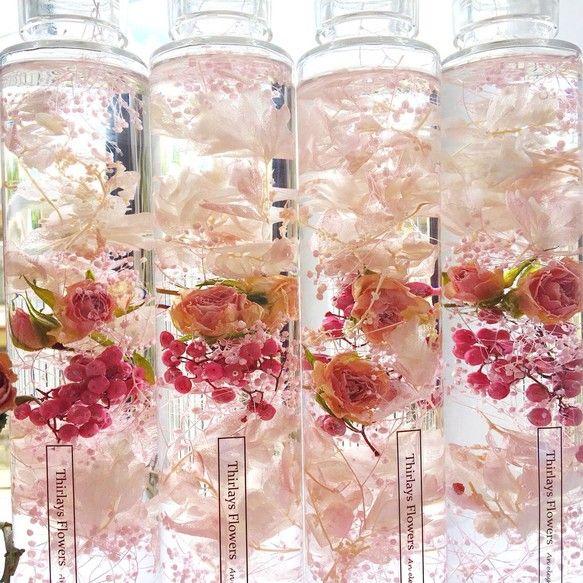 薔薇農園で丁寧にお一つずつ作られた、美しいアンティークピンクローズのドライフラワーがポイントのPink Roseハーバリウム。1本の価格となります。高品質な素材のみを厳選して使用。ラグジュアリーな雰囲気をボトルに美しくとじこめました。キャップ部分もクリアで上品な高級瓶を使用した、プレミアムハーバリウム。〜いろいろなスペースで草花による癒しの空間を創り、毎日にほっとする瞬間を~------------------------------------------------Thirlaysとは妖精の名前。。花の妖精が好むシアレスフラワーリウムの世界。ドライフラワーやプリザーブドフラワーを特別な保存液(ミネラルオイル)に浸すことで、花やハーブをお手入れ不要で美しいままお楽しみいただけるインテリアです。-----------------------------------------------【ラッピングのメッセージラベルをお選びいただけます】①Thirlays Flower②Happy Birthday③Happy…