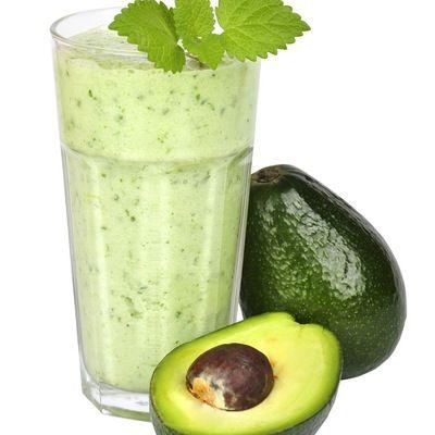 Start dagen med en grønn, kremet smoothie laget på avokado, banan og mandelmelk med bær, babyspinat eller mynte og sjokolade.