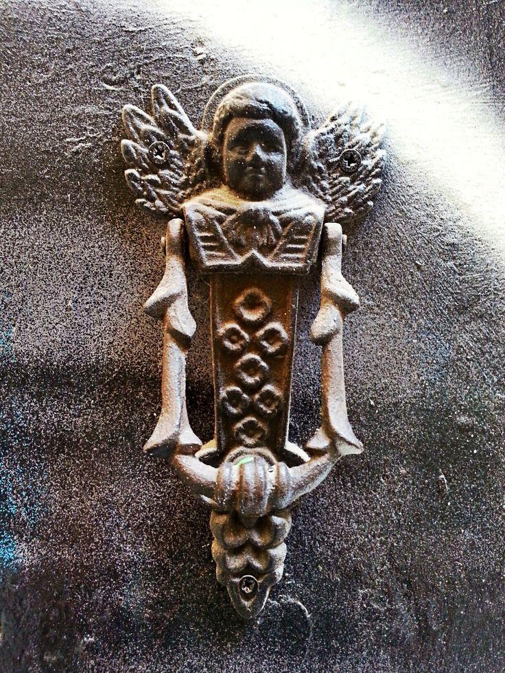 Aldaba con forma de ángel de la calle de la Palma de Sant Just, Barcelona.
