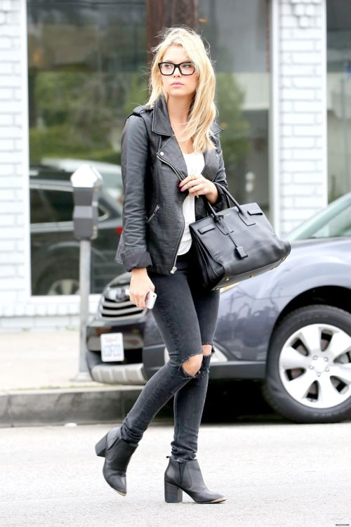 Ashley Benzo // All black everything // grunge // punk // black booties // big black purse // black leather jacket // ripped black jeans