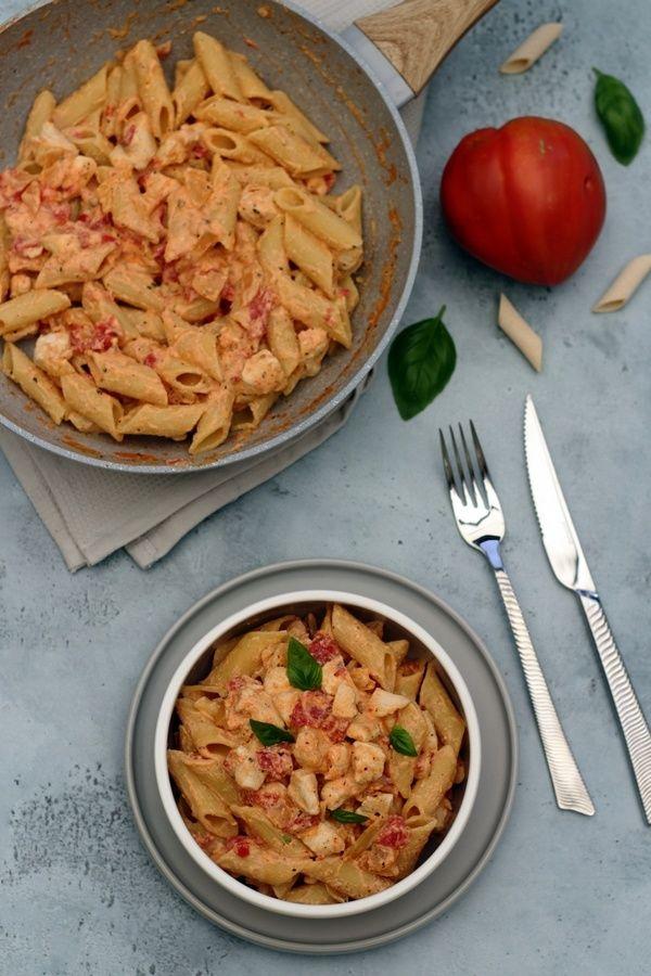 Penne de poulet à la crème de ricotta, sauce tomate et basilic   – La Pasta