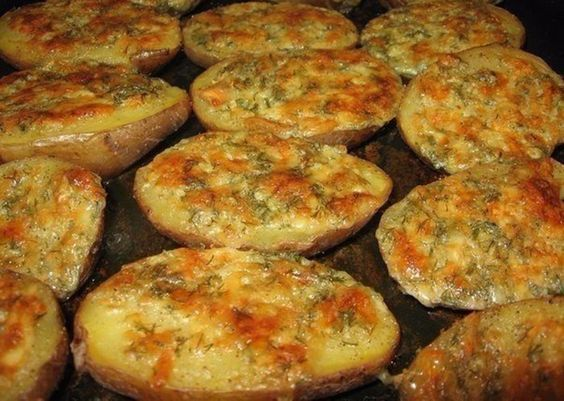 Kartoffeln mit Knoblauch, saurer Sahne und Parmesan oben drauf. Als Beilage oder nur so zwischendurch. Lecker!